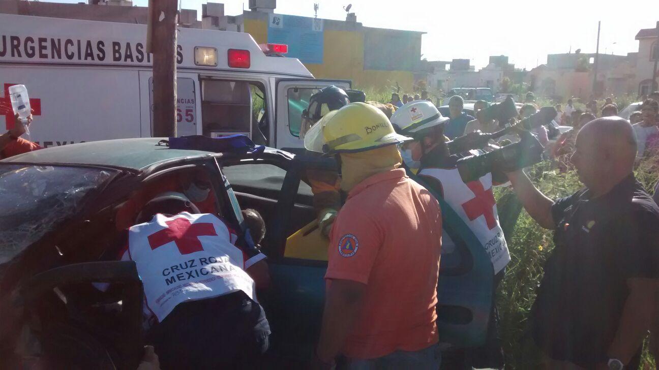 Momentos en que tratan de extraer al lesionado del auto