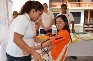 Karen Romero, recibe atención de una auxiliar de enfermería.