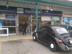 auto se mete a sucursal bancaria  (1)